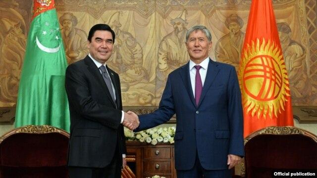 Turkmen President Gurbanguly Berdymukhammedov (left) and Kyrgyz President Almazbek Atambaev meet in Bishkek on August 5.