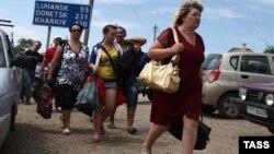 Біженці на під'їзді до прикордонного пункту пропуску «Донецьк» – «Ізварине»