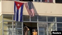 Кубинський і американський прапори на житловому будинку на Кубі