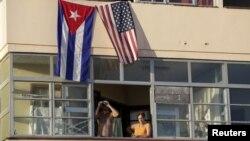 Կուբա - ԱՄՆ-ի և Կուբայի դրոշները Հավանայի շենքերից մեկի վրա, 14-ը օգոստոսի, 2015թ․