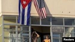 Жители Гаваны вывесили кубинский и американский флаги в день официального открытия посольства США на Кубе 14 августа 2015 года