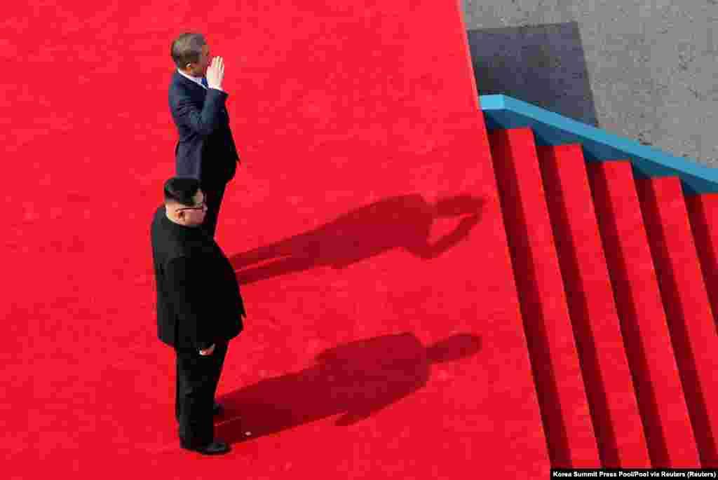 """Южная Корея накануне заявила, что на саммите будут обсуждаться """"денуклеаризация Корейского полуострова, установление постоянного мира на Корейском полуострове и развитие межкорейских отношений"""""""