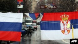 Zastave u srpskom delu Mitrovice na dan pregovora u Briselu, 2. april 2013.