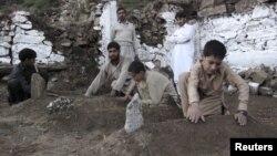 Похороны погибших при землетрясении в Пакистане, 28 октября 2015 года.