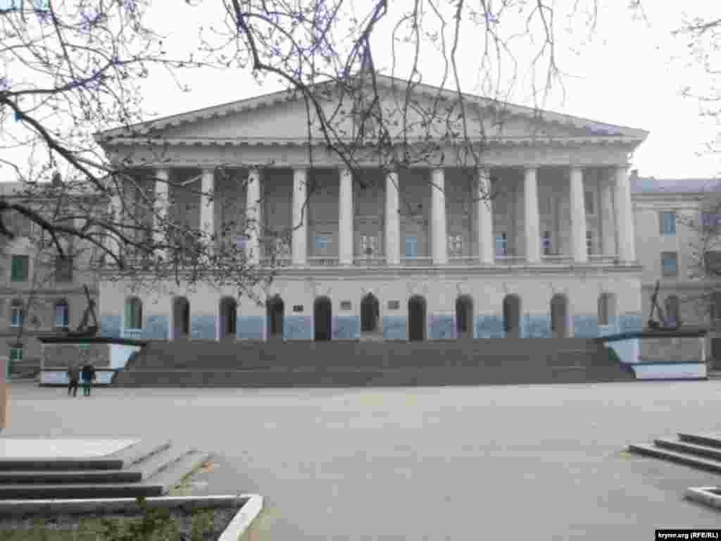 Главное здание начали строить в 1915 году для обучения офицеров Морского кадетского корпуса. После аннексии Крыма российские власти включили его в состав «Севастопольского государственного университета». Архивное фото, 2010 год