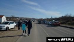 Желающие прогуляться по эспланаде оставляют автомобили за сотни метров от сквера