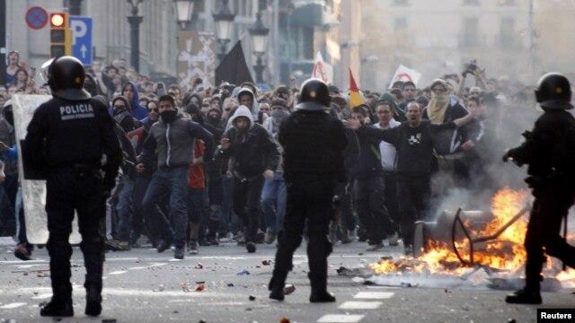 Противостояние бастующих и полицейских в Барселоне (29 марта 2012)