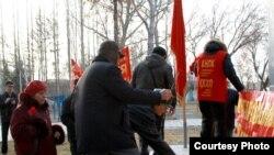 Активисты Коммунистической народной партии Казахстана возлагают цветы к памятнику Ленину. Павлодар, 7 ноября 2011 года.