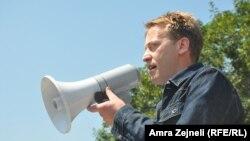Ilir Deda gjatë protestave kundër miratimit në Kuvend të Ligjit për amnistinë