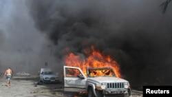 سيارة تحترق إثر تفجير في مدينة طرابلس اللبنانية - 23 آب 2013