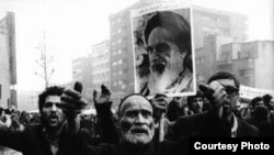 تحلیلگران، انقلاب ۵۷ را انقلابی ناتمام ارزیابی می کنند