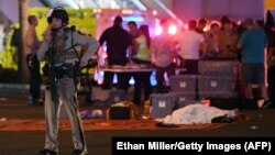 Поліцейський біля місця масового убивства в Лас-Вегасі, США, 2 жовтня 2017 року