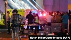 Поліцейський, а позаду тіло загиблої через стрілянину у Лас-Вегасі людини, США, 1 жовтня 2017 року