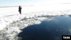 Meteoriti ra mbi liqenin e ngrirë Chebarkul, në rajonin Chelyabinsk, Rusi.
