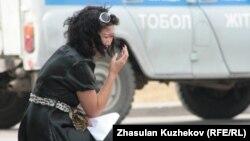 Женщина плачет у офиса комитета уголовно-исполнительной системы. Астана, 14 августа 2010 года.