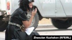 Одна из родственниц осужденных тюрьмы в Гранитном сидит перед зданием комитета уголовно-исполнительной системы. Астана, 14 августа 2010 года.