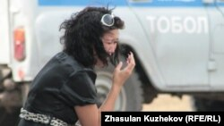 Тұтқынның туысы қылмыстық-атқару жүйесі комитеті алдында жылап отыр. Астана, 14 тамыз 2010 жыл. (Көрнекі сурет)