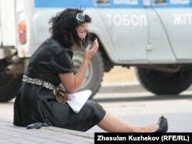 Гранитный түрмесіндегі бауырынан хабар ала алмай отырған жас әйел. Астана, 14 тамыз 2010 жыл
