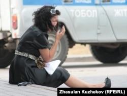 Түрмедегі туысының халін біле алмай жылап отырған әйел. Астана, 14 тамыз 2010 жыл.