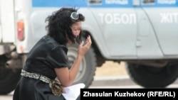 Астанадағы қылмыстық атқару жүйесі комитеті ғимараты алдында жылап отырған тұтқынның туысы. Көрнекі сурет.
