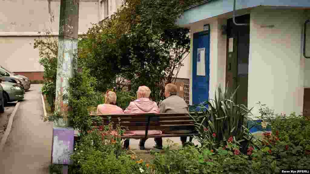 Пенсіонерки обговорюють останні новини на лавці біля під'їзду