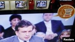 На днях на официальной странице Саакашвили в Facebook появилась запись: «Я буду очень далеко, когда меня вызовет прокуратура российского олигарха Иванишвили, и очень близко, когда меня призовет грузинский народ!»