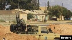 Liwiýanyň hökümet harbylarynyň maşyny Tripoli bilen Bani Walidiň aralygynda, 23-nji mart 2011-nji ýyl
