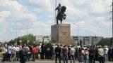 Граждане у памятника Кобыланды батыру в городе Костанай.
