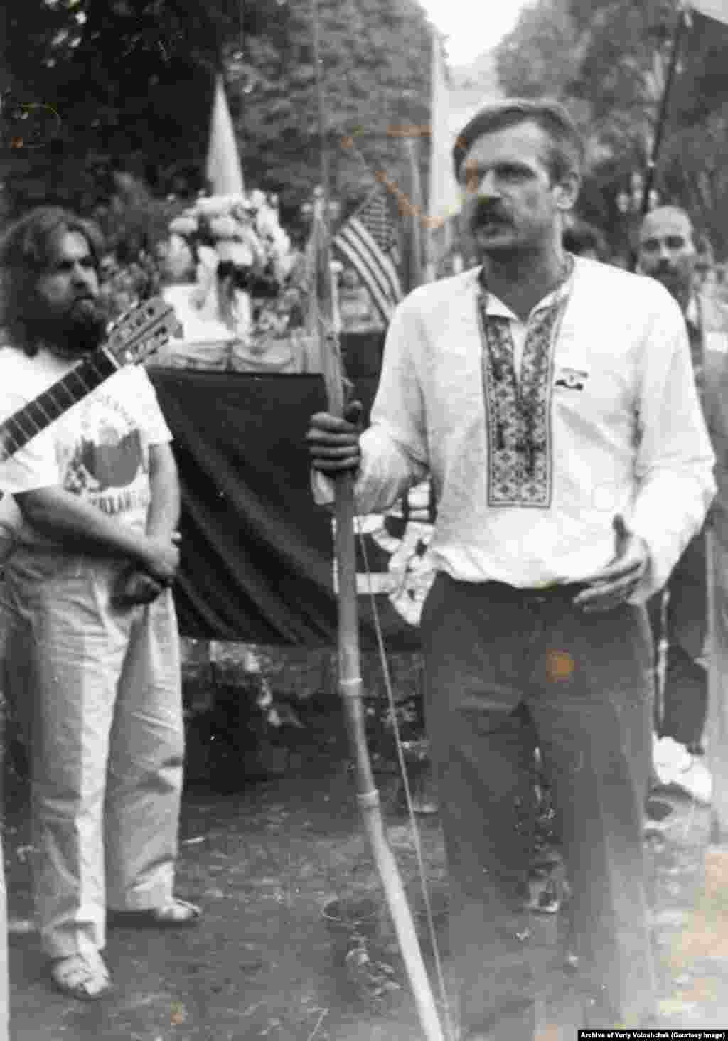 Співак Василь Жданкін (ліворуч) і громадський діяч Юрій Волощак під час першого фестивалю «Червона рута»