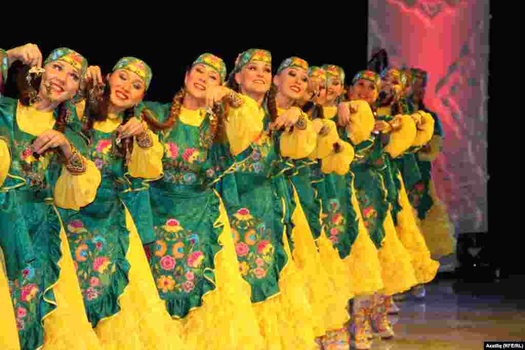 Кинофестивальнең ябылу тантанасында татарча биюче кызлар