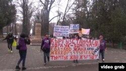 Кыргызстандык аялдар зордук-зомбулукка каршы акция өткөрүүдө. Бишкек, 25-март 2013