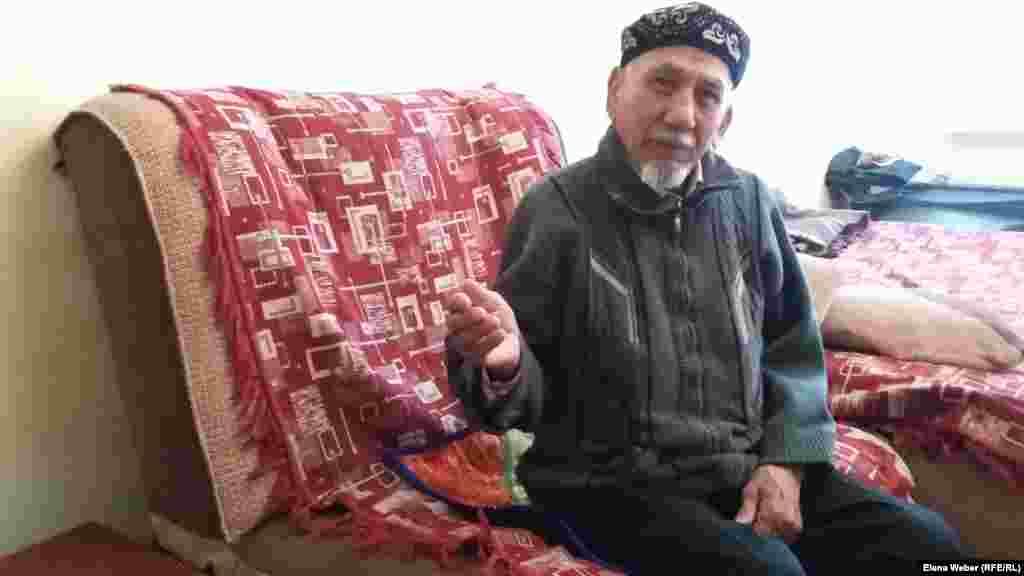 76-летний Досжан Жумкин, живущий по соседству с рухнувшим подъездом в том же доме, вернулся в свою квартиру несколько дней назад. Пенсионер говорит, что теперь опасается жить в этом доме. Карагандинская область, 10 января 2017 года.
