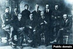 Беларускія пісьменьнікі (зьлева направа): Альбэрт Паўловіч, Міхась Чарот, Уладзіслаў Галубок, Язэп Фарботка. Май-чэрвень 1920 г., Менск