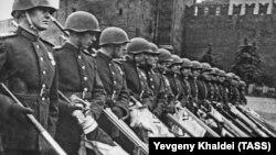 Фрагмент фотографии парада на Красной площади в 1945