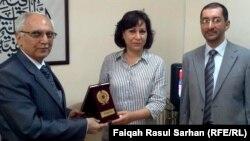 الملحق الثقافي العراقي يسلّم مراسلة الإذاعة درع التميّز