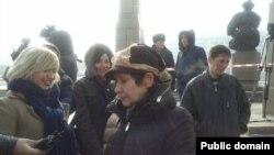 Участники акции протеста против девальвации тенге. Справа на переднем плане — Валерия Ибраева, слева — Евгения Плахина, за ними — Жанна Байтелова. Позже их задержали полицейские. Алматы, 16 февраля 2014 года.