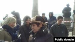 Участники акции протеста против девальвации тенге. Справа на переднем плане - Валерия Ибраева, слева - Евгения Плахина, за ними - Жанна Байтелова. Позже их задержали полицейские. Алматы, 16 февраля 2014 года.