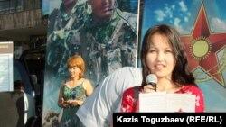 Келісім-шартпен әскерде қызмет етуге үгіттеп тұрған адам. Алматы, 28 тамыз 2013 жыл.