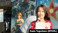 Девушка агитирует за воинскую службу по контракту на мобильном вербовочном пункте. Алматы, 28 августа 2013 года.
