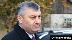 Сегодня Эдуард Кокойты собрал пресс-конференцию во Владикавказе, на которой еще раз подтвердил, что не против воссоединения Осетии, но считает призывы к скорейшему вхождению Южной Осетии в состав РФ несвоевременными и популистскими