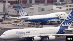 Самолеты Aэробус (на переднем плане) и Боинг (на заднем плане)