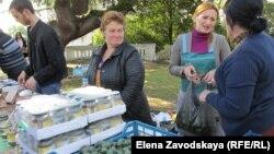 Для решения проблемы с доступом на городские рынки возникла идея организовать ярмарку выходного дня и помочь сельским жителям доставить свою продукцию в столицу