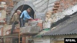 Церкву будують, завдаючи шкоди житлу