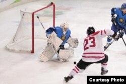 Хоккейден Қазақстан және Канада ерлер құрамаларының финалдық кездесуінен көрініс. Трентино, Италия, 21 желтоқсан 2013 жыл.
