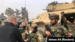 پاتریک شاناهان سرپرست وزارت دفاع امریکا حین مصافحه با نیروهای کماندوی افغان در کابل