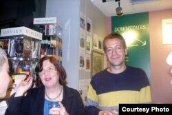 Britaniya - Maureen Freely (solda) Türk yazarı Kaya Gench ilə.