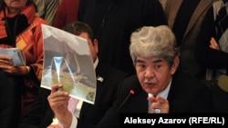 Эколог Мэлс Елеусизов демонстрирует будущее алматинских гор. Алматы, 11 января 2013 года.