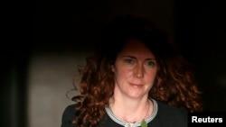Былая кіраўніца кампані Рупэрта Мэрдака News International Рэбэка Брукс выходзіць з суду ў Лёндане 29 кастрычніка.