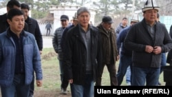 Президент Кыргызстана Алмазбек Атамбаев на общегородском субботнике в Ботаническом саду. Бишкек, март 2016 года.