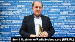 İlmi Umerov elindeki mukâfat ile, 2017 senesi noyabrniñ 13